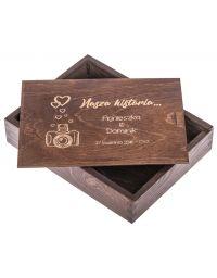 Personalizowane drewniane pudełko na zdjęcia 15x21cm, kolor ciemny brąz, grawer